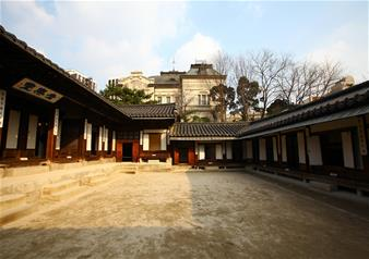 Half Day Guided Tour of Furniture Museum, Unhyungung Palace and Jogyesa Temple in Seoul